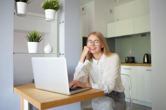 海外で在宅ワークをする女性