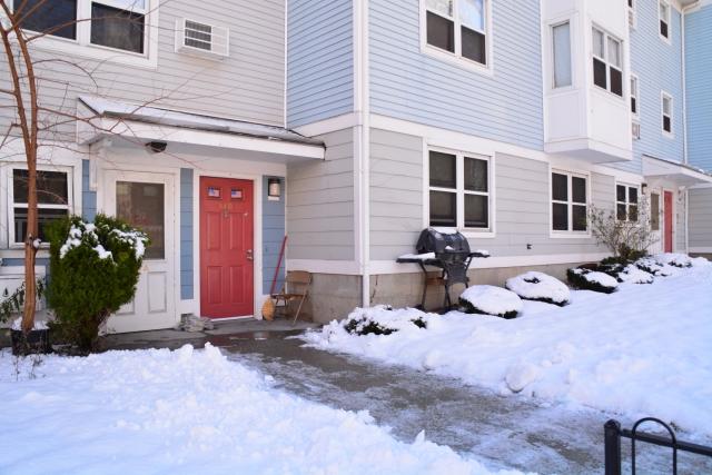 雪かきされたアパートメント