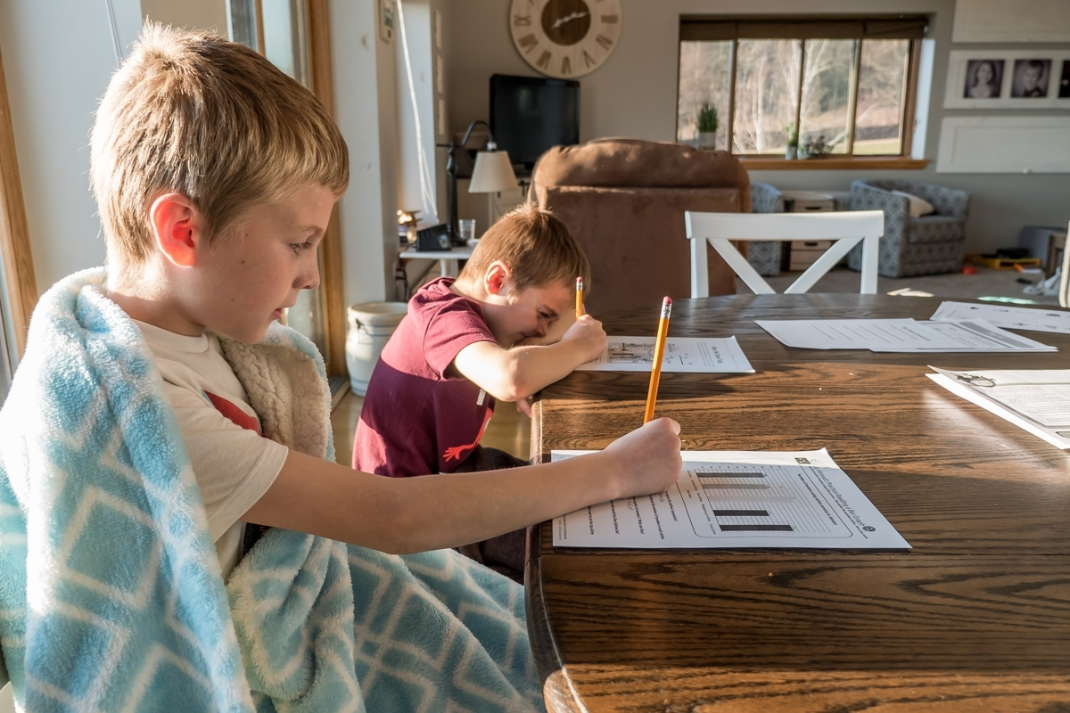 勉強をするアメリカの小学生