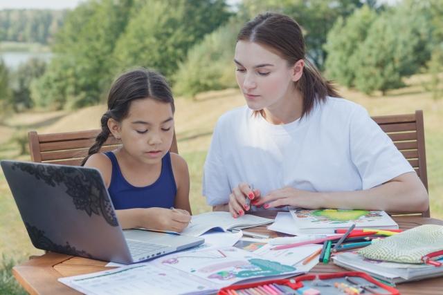 宿題をする親子