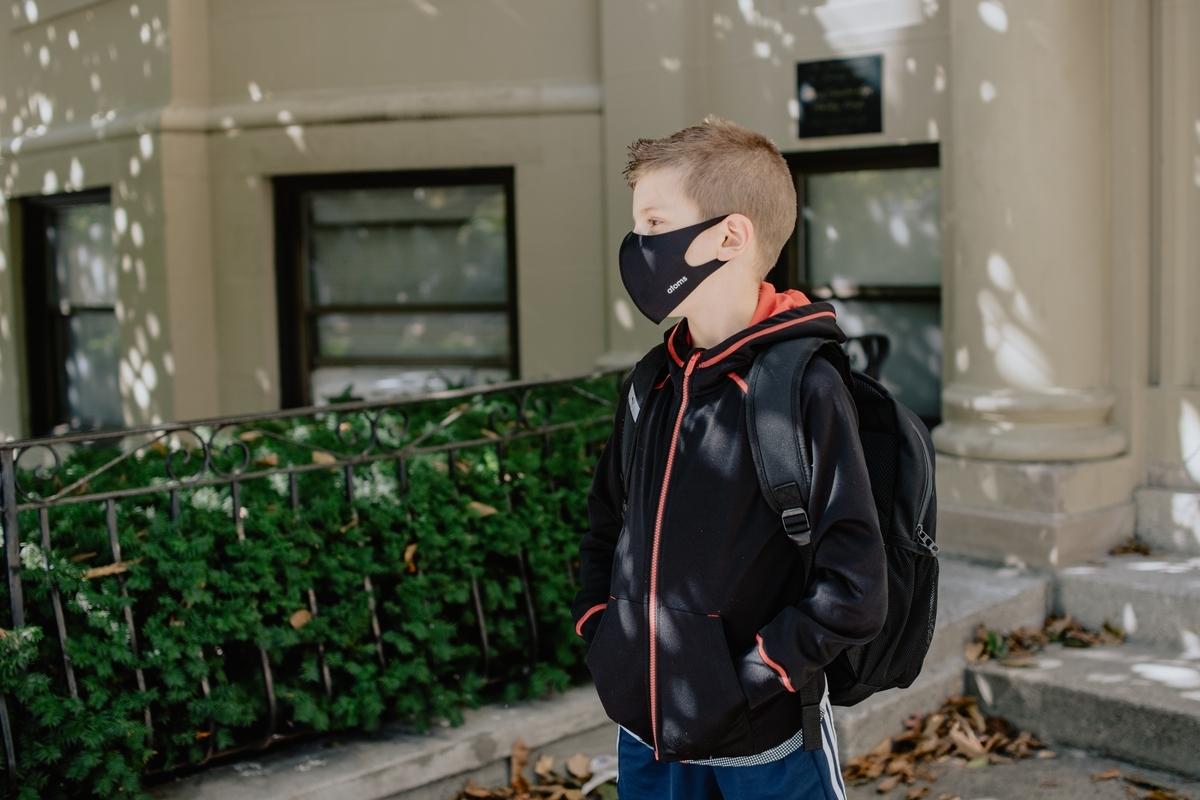 マスクをして登校する小学生