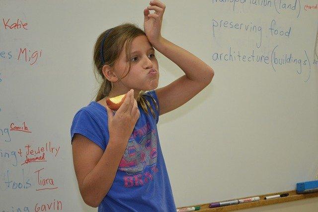 教室でリンゴを食べる女の子