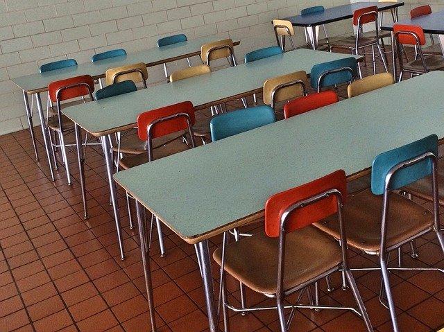 アメリカの学校のカフェテリア