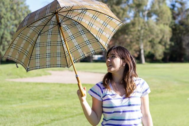 日傘をさす外国人
