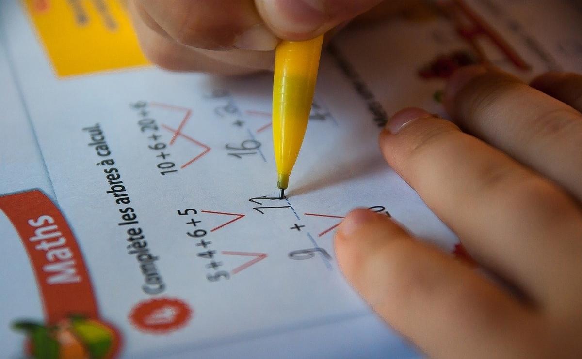 宿題をやる子供