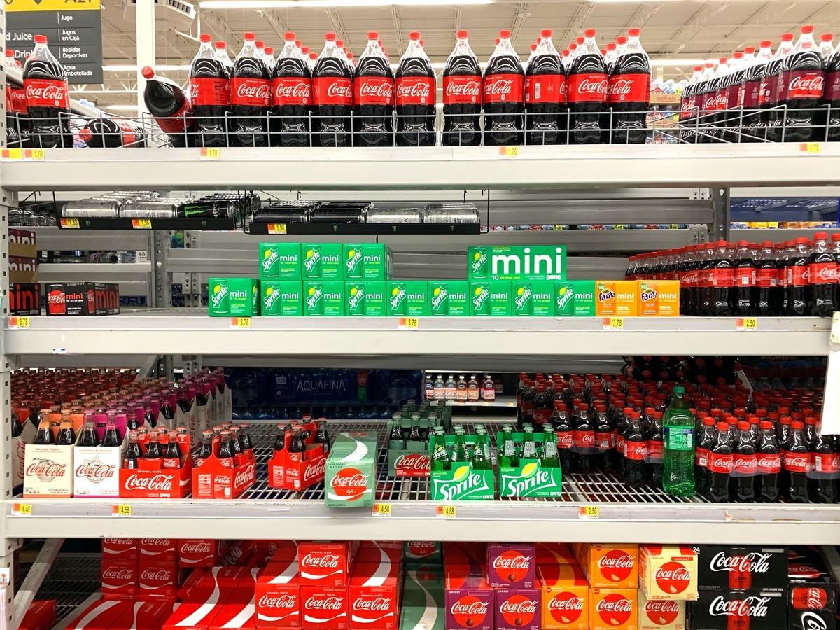 スーパーマーケットの炭酸飲料コーナー