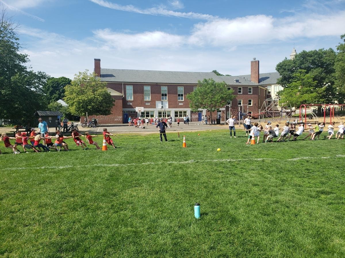 アメリカ小学校のフィールドデーで綱引きをする子供たち
