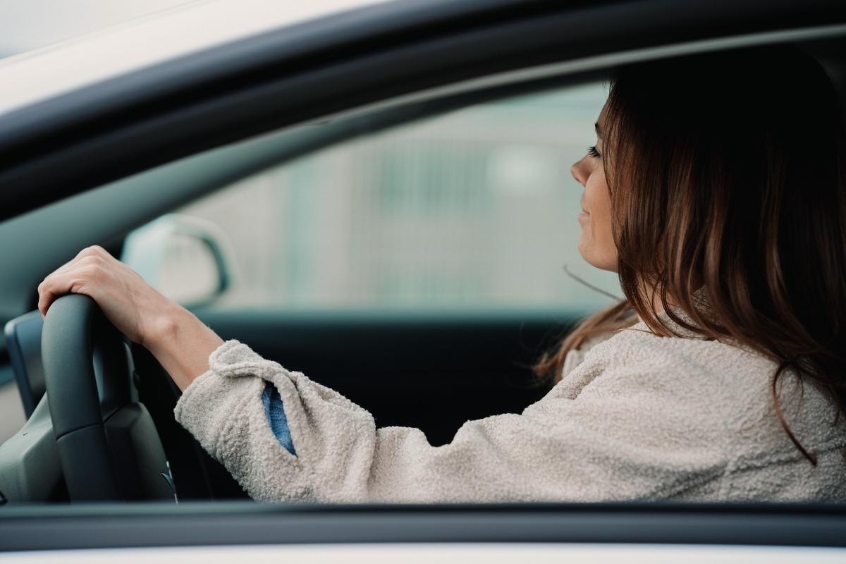 車を運転する駐在妻