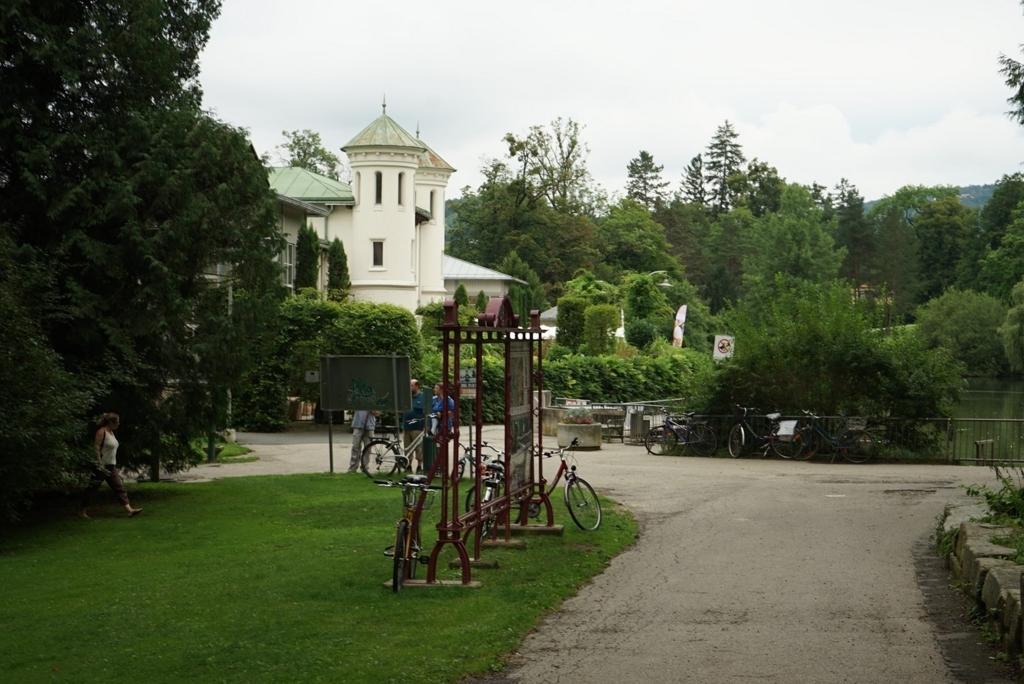 ゲストハウスのある小山を下ればそこは避暑地