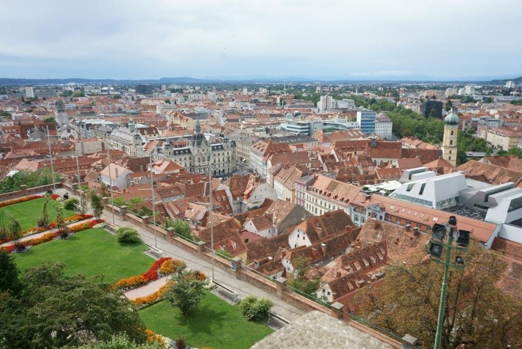 見える旧市街一面が赤い屋根で統一感がある
