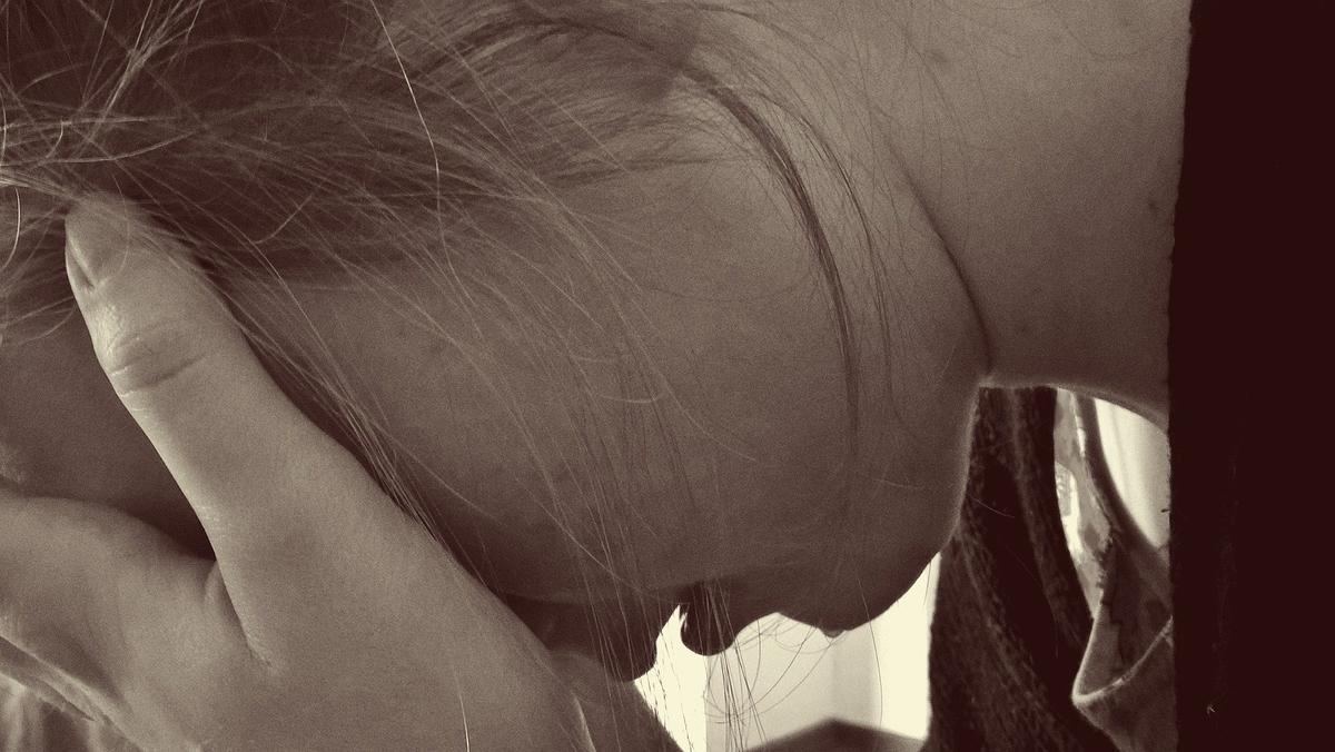 悲しむ女性絶望的