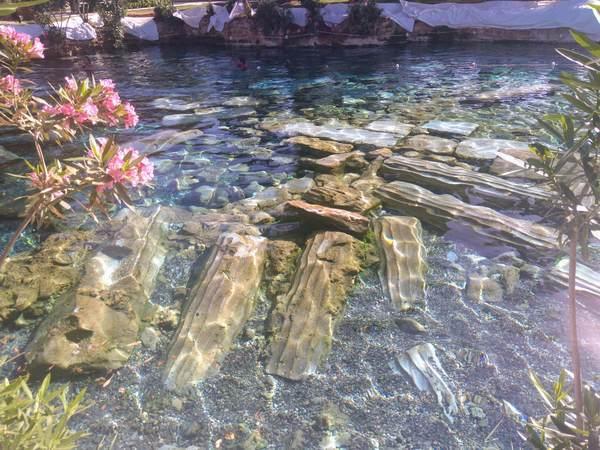 遺跡の中にある温泉