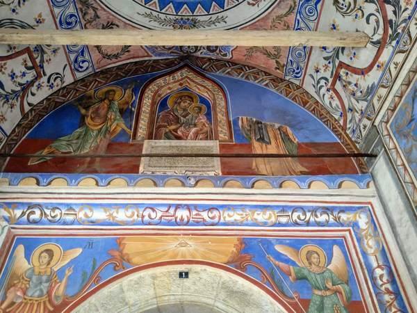 リラ修道院の入口の天井画