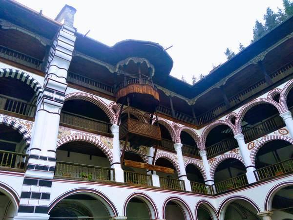 リラ修道院を取り囲む建物