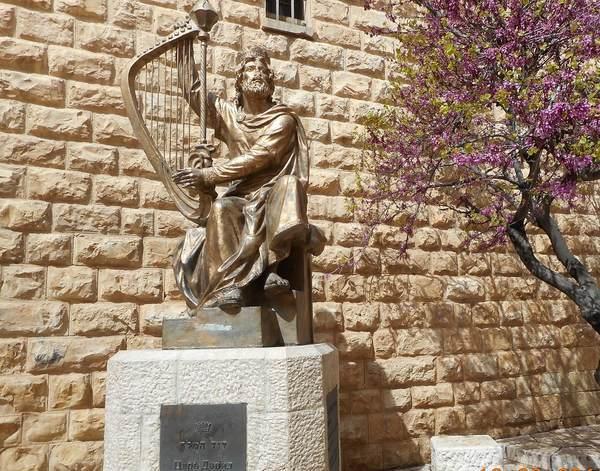 ダビデ王の墓の前の彫刻