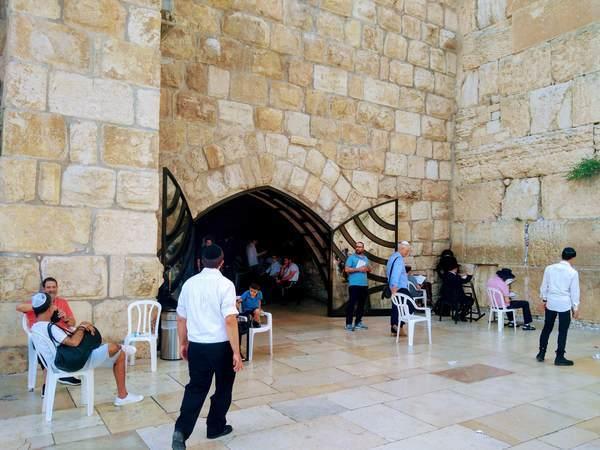 嘆きの壁の隣の祈祷所