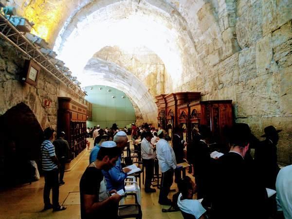 祈祷所で祈るユダヤ教徒