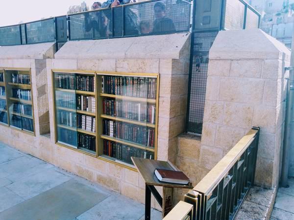 本棚にたくさんの聖書