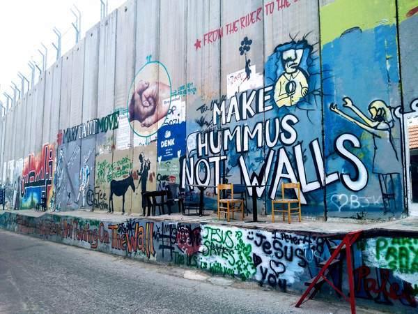 分離壁アート(皮肉なメッセージ)