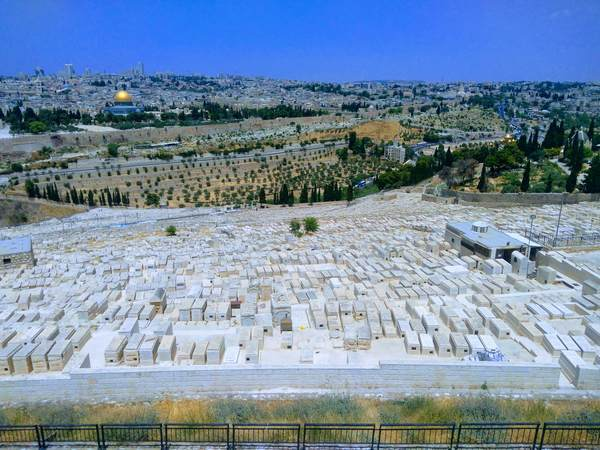 オリーブ山のユダヤ人墓地と旧市街
