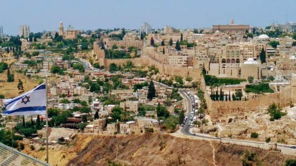 エルサレム旧市街とイスラエル国旗