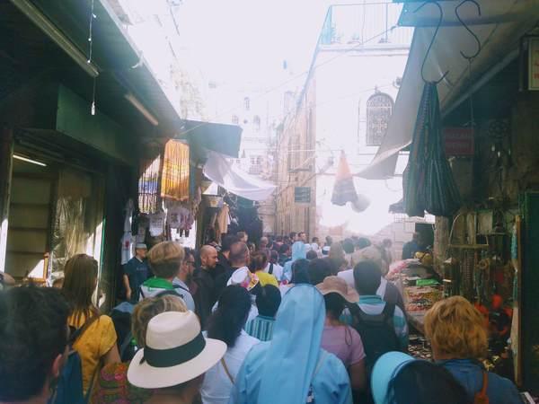 ヴィア・ドロローサで修道士と行進