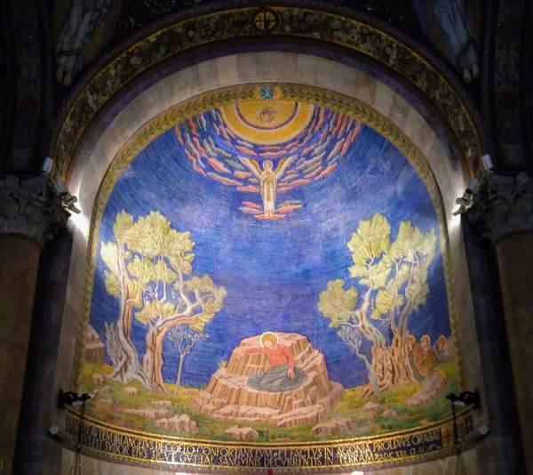 万国民の教会の正面にある壁画