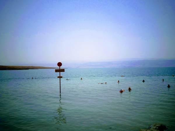 死海に浮かぶ世界最深部の看板