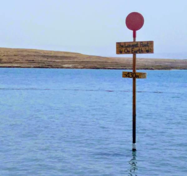 死海に設置された看板(拡大)