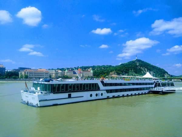 ドナウ川とクルーズ船