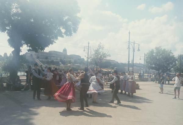 街中で踊っている人たち