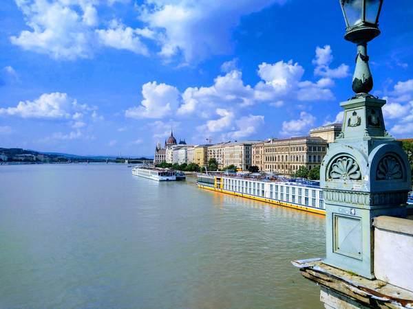 セーチェーニ鎖橋から見たペスト地区