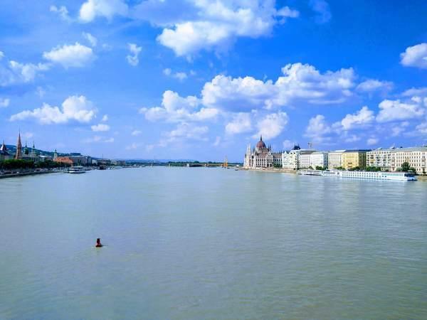 ドナウ川から見たブダ地区とペスト地区