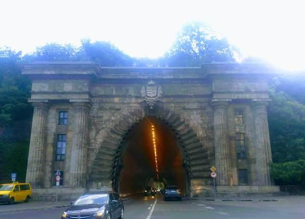 セーチェーニ鎖橋の手前のトンネル