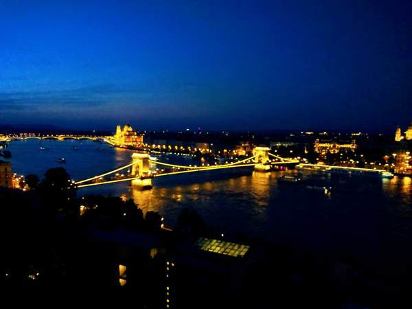 ブダ城から見たドナウ川の夜景