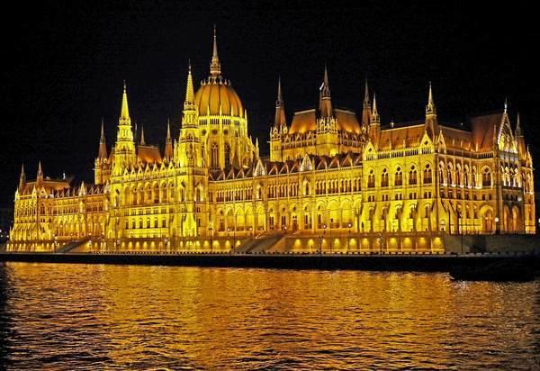 ライトアップされたブダペストの国会議事堂