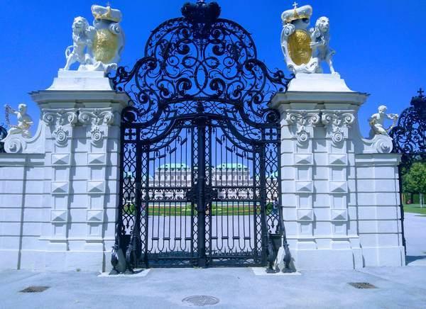 門越しに見たベルヴェデーレ宮殿