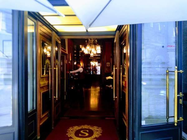 カフェ・ザッハーの入口