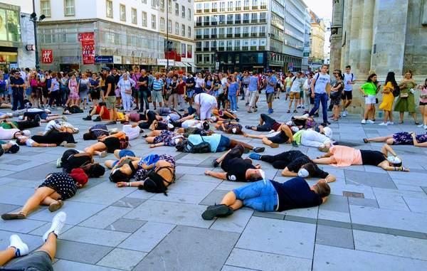 繁華街で横たわる人々