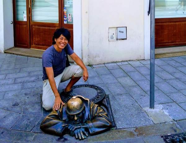 チュミル像と記念撮影