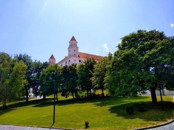 ブラチスラバ城を丘の下から撮影