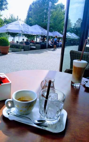 カフェでコーヒー