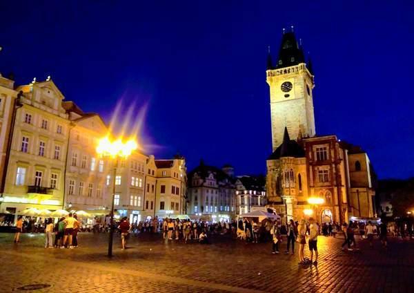 夜のプラハ旧市街広場