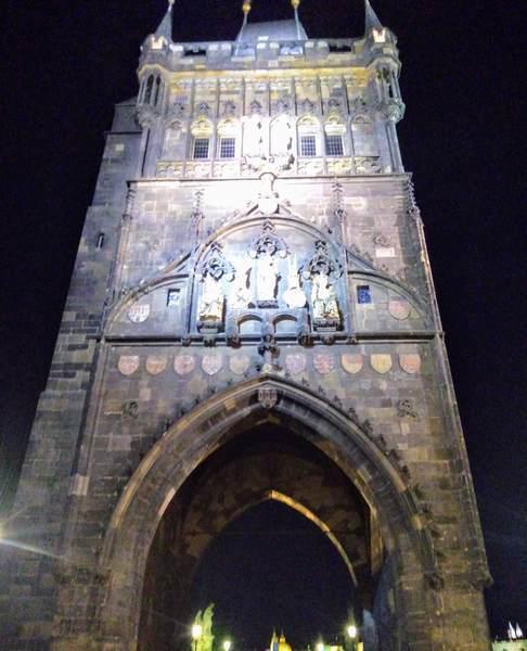 プラハ旧市街の火薬塔の全景