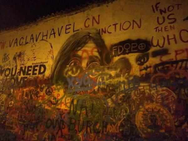 夜のジョン・レノンの壁