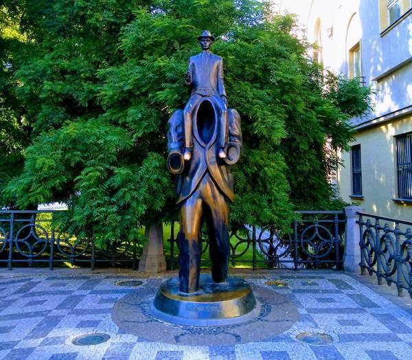 プラハのカフカ像