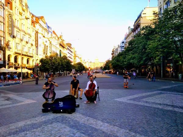 プラハのヴァーツラフ広場でパフォーマンス