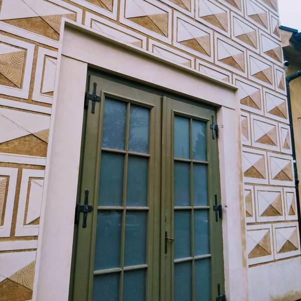 プラハ旧市街の特徴的な壁を近距離で撮影