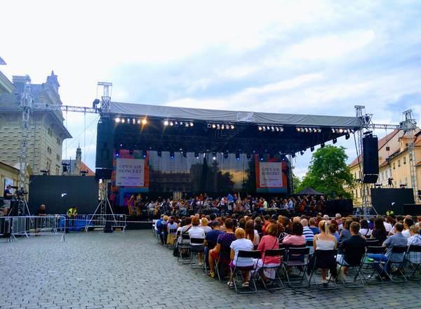 フラチャニ広場の野外コンサート