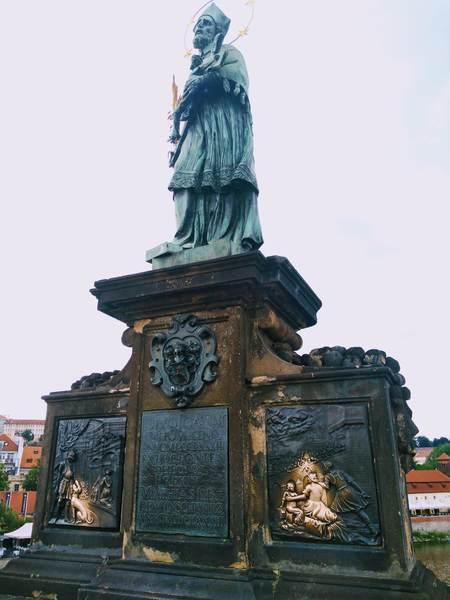カレル橋にある聖ヤン・ネポムツキー像